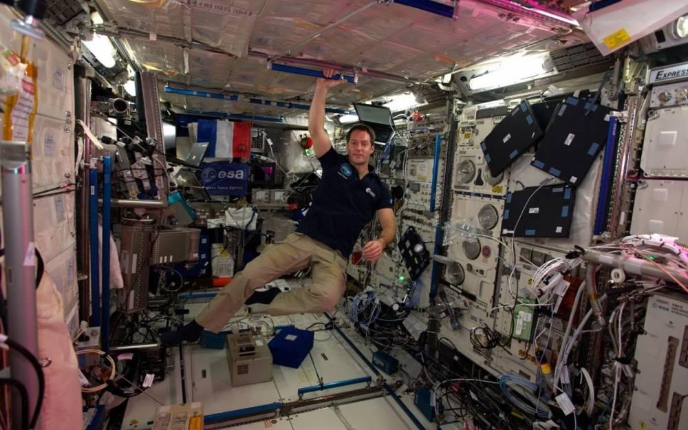 Thomas Pesquet qui flotte à bord de l'ISS